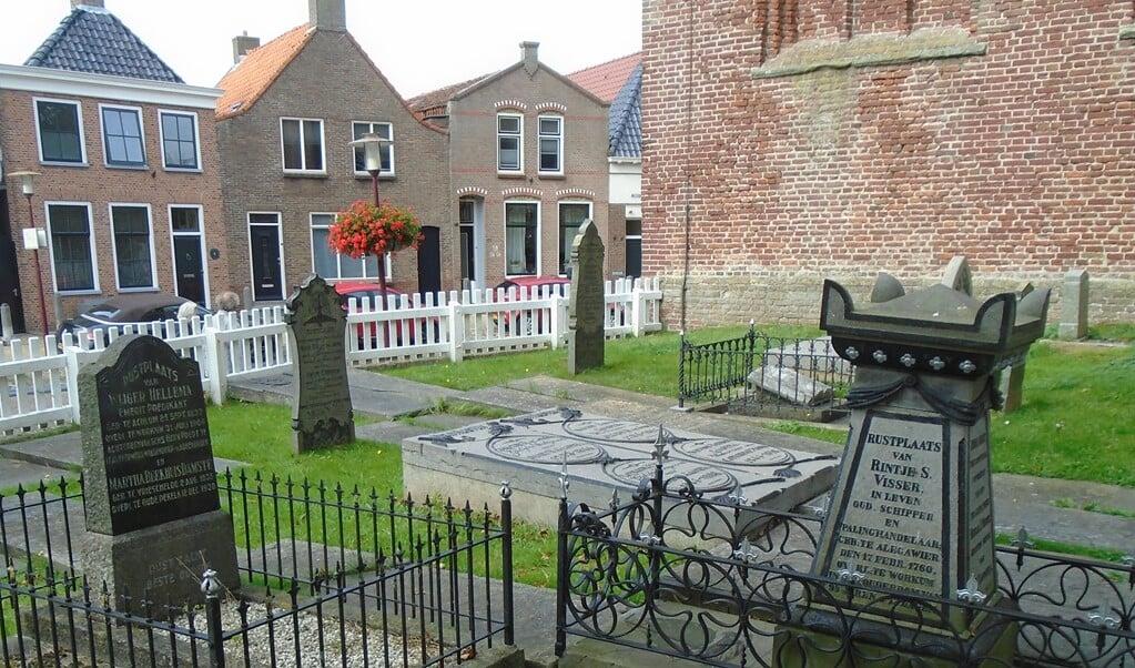 De graven van palinghandelaar en burgemeester Visser (r.) en dominee Hellema (l.).  (beeld nd)