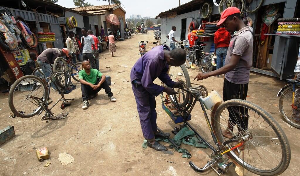 Voor de meeste Rwandezen is de fiets het gangbare vervoermiddel.  (beeld epa / Ahmed Jallanzo)