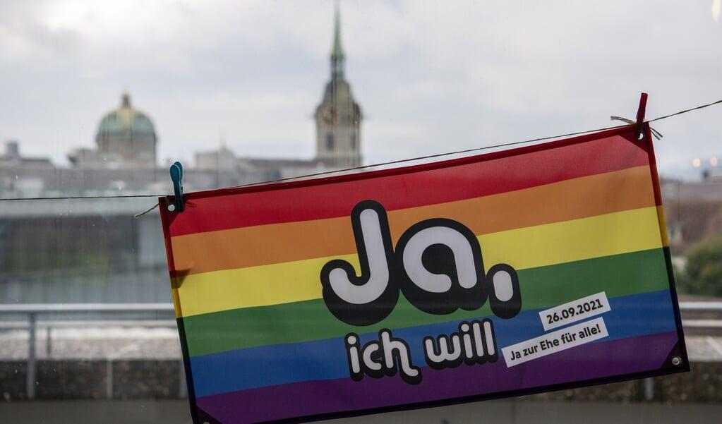 Een regenboogvlag met de tekst 'Ja, ik wil' in Bern.  (beeld epa / Peter Schneider)