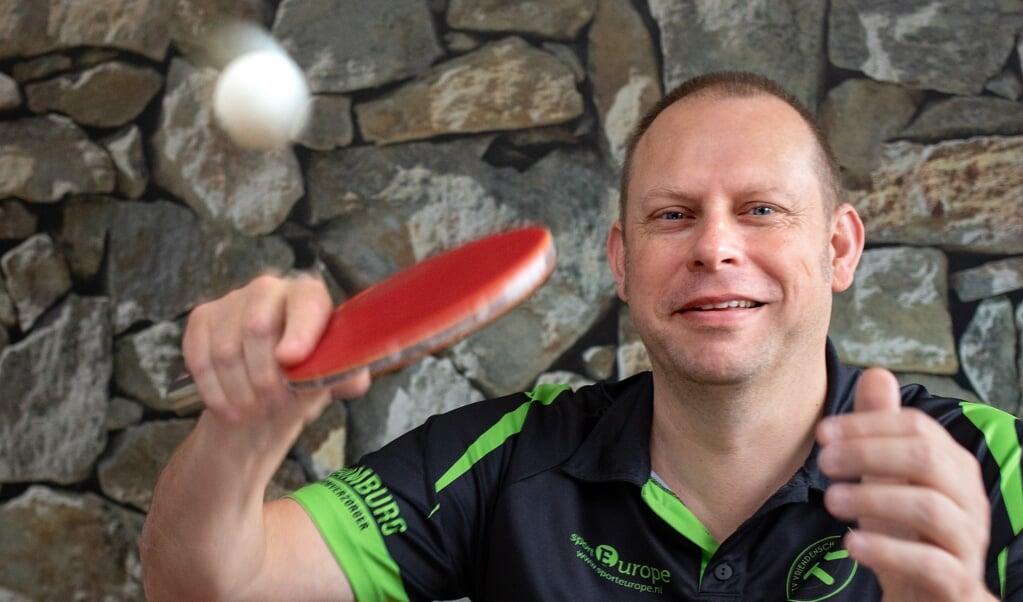 Ron Visschers is fervent tafeltennisliefhebber. Hij heeft een spierziekte en speelt zelf ook, bij GTV Vriendenschaar in Gouda.    (beeld Dirk Hol)
