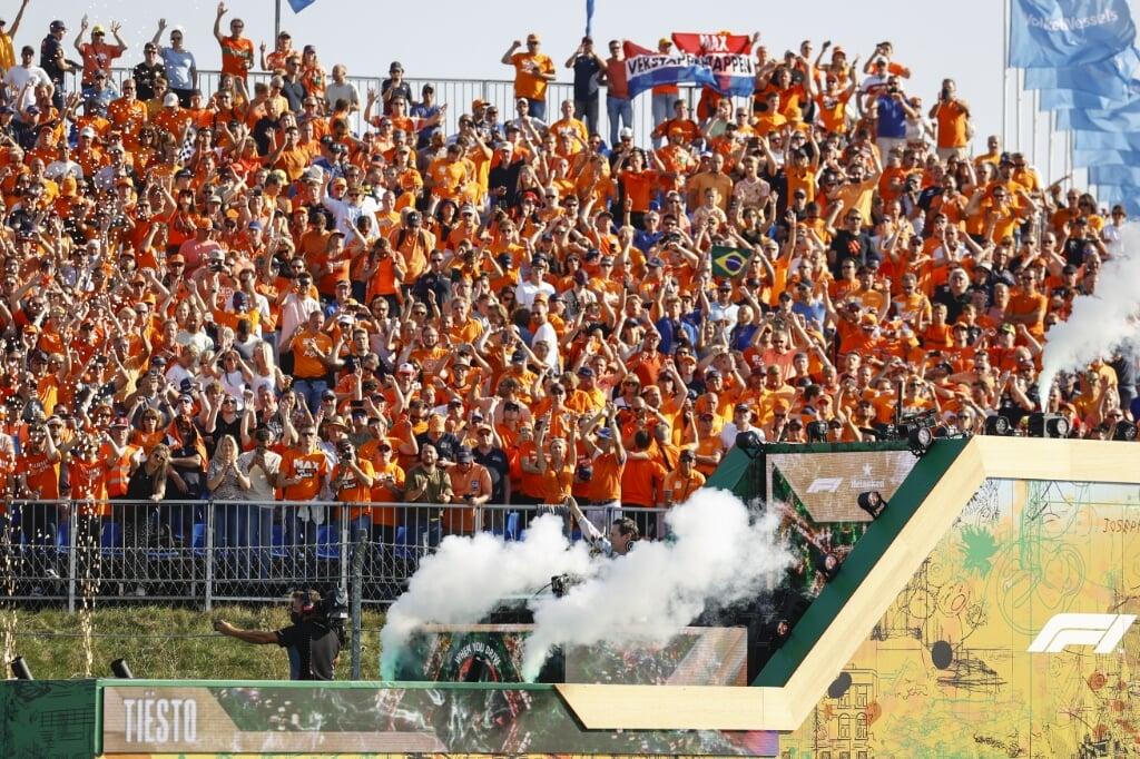 Fans vieren feest met dj Tiesto na afloop van de door Max Verstappen gewonnen Dutch Grand Prix op het circuit van Zandvoort.   (beeld anp / Vincent Jannink)