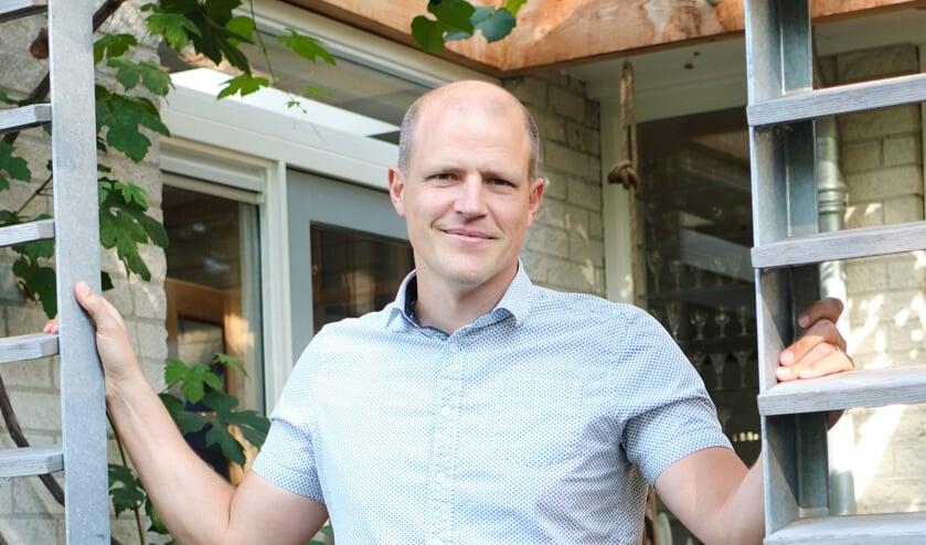 Ruben Hummelen is arts tegen het decor van kindermassagraven: 'Geloof is een zacht fluisterende stem'
