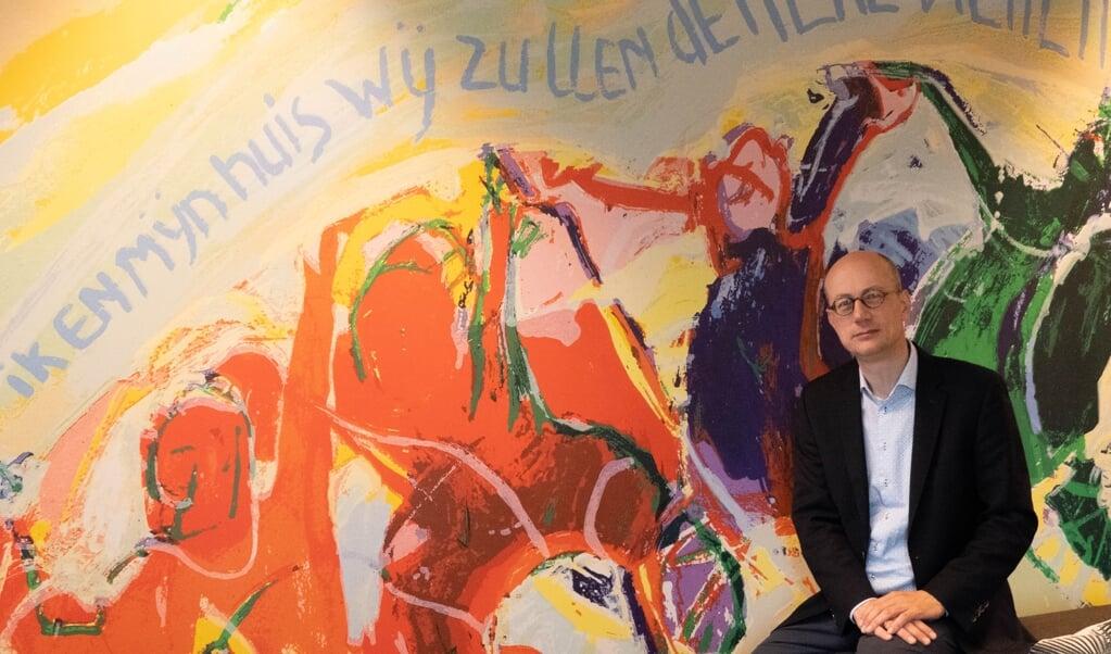 Koert van Bekkum voor de 'Ik en mijn huis'-wand op de redactie van het Nederlands Dagblad.  (beeld Jaap Meijer)