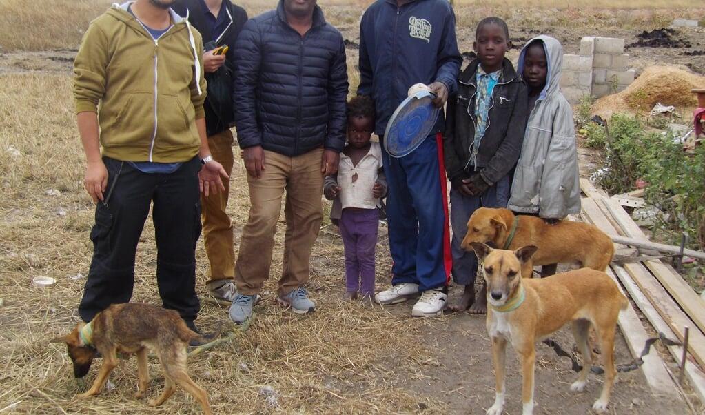 De wetenschappers en de honden en hun baasjes.  (beeld Shouta M. M. Nakayama)
