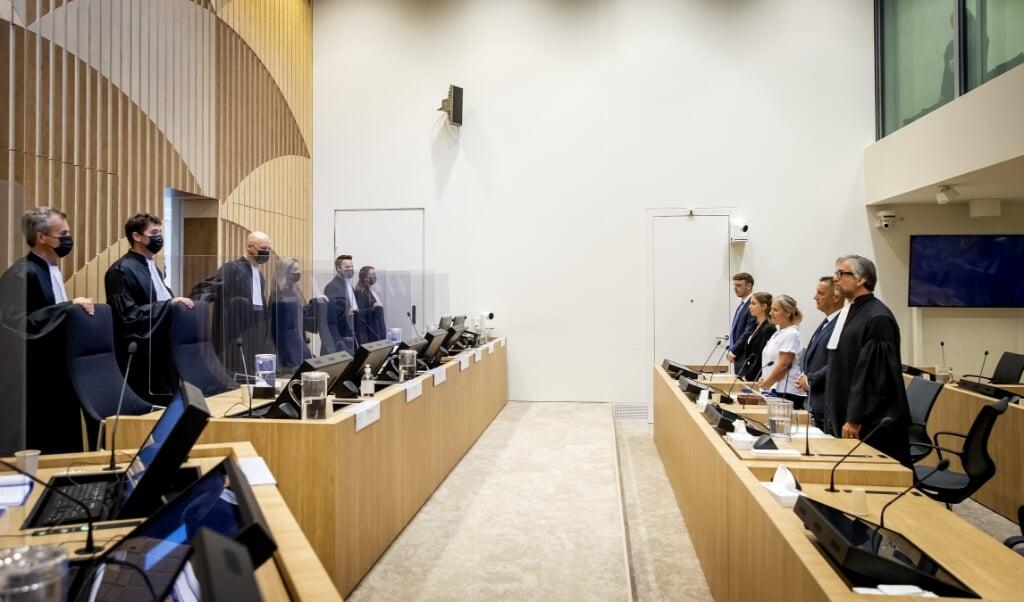 Nabestaanden met hun advocaat in het Justitieel Complex Schiphol, waar in het monsterproces rond het neerhalen van vlucht MH17 drie weken lang de verhalen van nabestaanden van de slachtoffers centraal stonden.  (beeld anp / Koen van Weel)