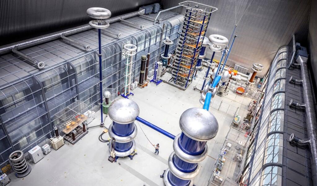 De hal van het nieuwe lab in Delft. Links de zogenoemde kooien van Faraday die krachtige elektromagnetische velden kunnen tegenhouden om verstoring van andere testopstellingen in het gebouw tegen te gaan.  (beeld Raymond Rutting)
