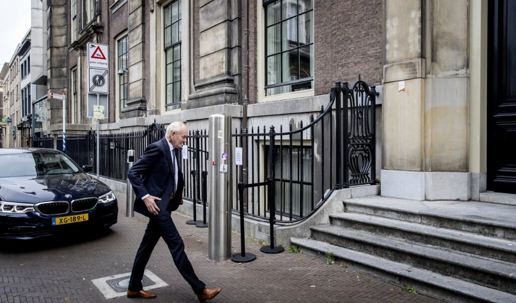 Informateur Johan Remkes komt maandag aan bij het Logement waar hij de balans wilde opmaken in de kabinetsformatie.  (beeld anp / Koen van Weel)