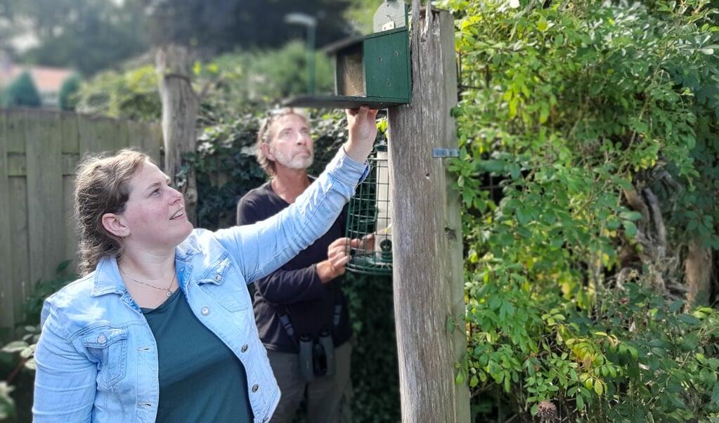 Eveline van der Jagt van de Zoogdiervereniging en Peter Jonker van de Vogelbescherming.  (beeld nd)