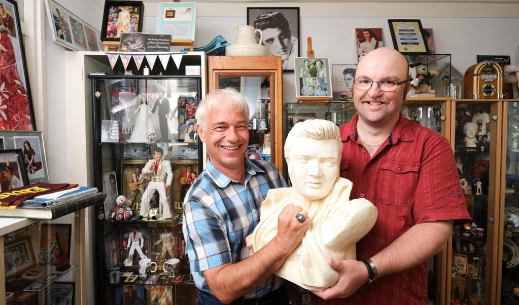 Sneek, 9 september 2021. Albert Draaisma-Muurling (r) en Jochum Muurling en Jochum met hun Elvis verzameling waaronder een borstbeeld en een zegelring.  (beeld Dick Vos)
