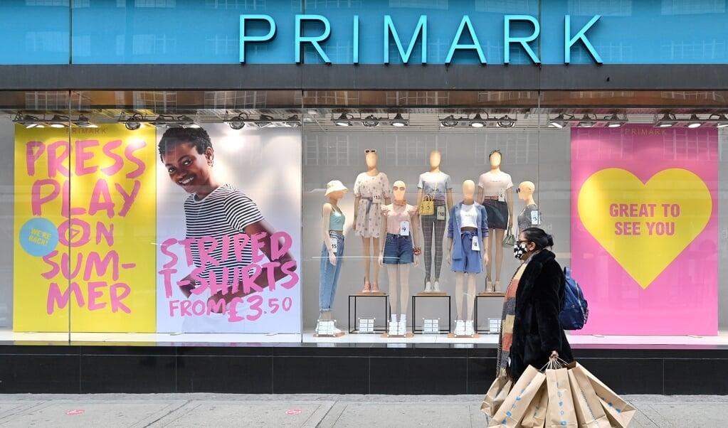 Een Primark-winkel in Londen. Wereldwijd telt het bedrijf 380 filialen.    (beeld afp / Glyn Kirk)