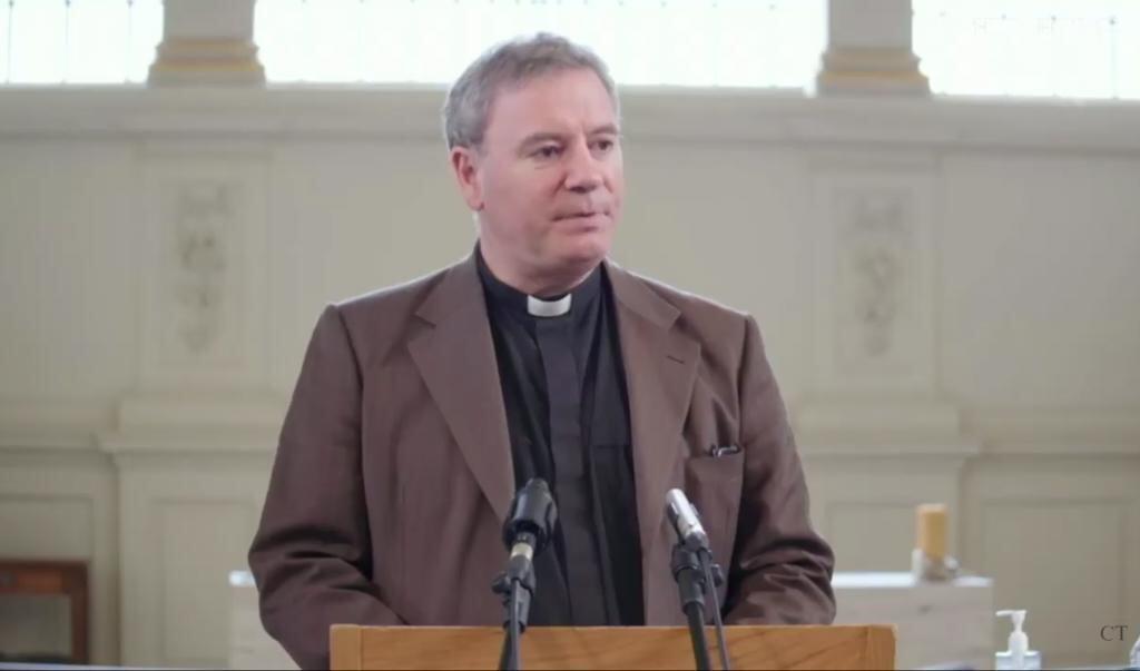 Anglicaans theoloog Sam Wells: 'Luisteren naar een preek vraagt een open heart en mind.'    (beeld Festival of Preaching / YouTube)