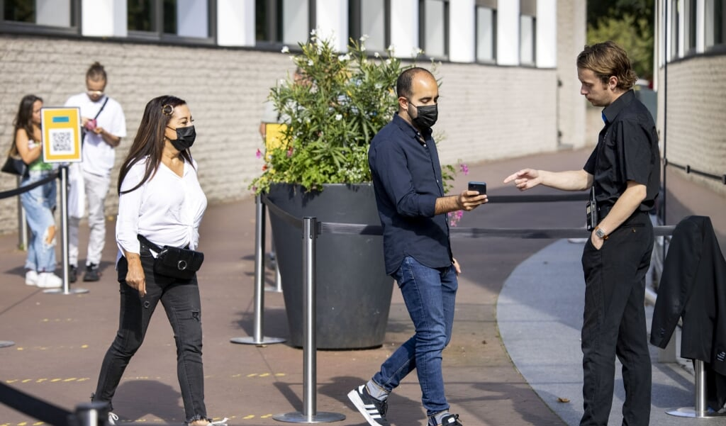 Bezoekers bij het Van Gogh museum met hun mobiele telefoon voor de ingang.  (beeld anp / Ramon van Flymen)