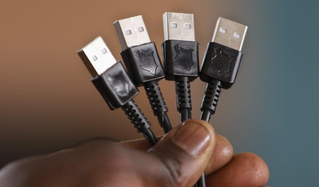 De Europese Commissie wil dat er over drie jaar nog maar één standaardoplader bestaat, de USB-C.  (beeld epa / Daniel Irungu)