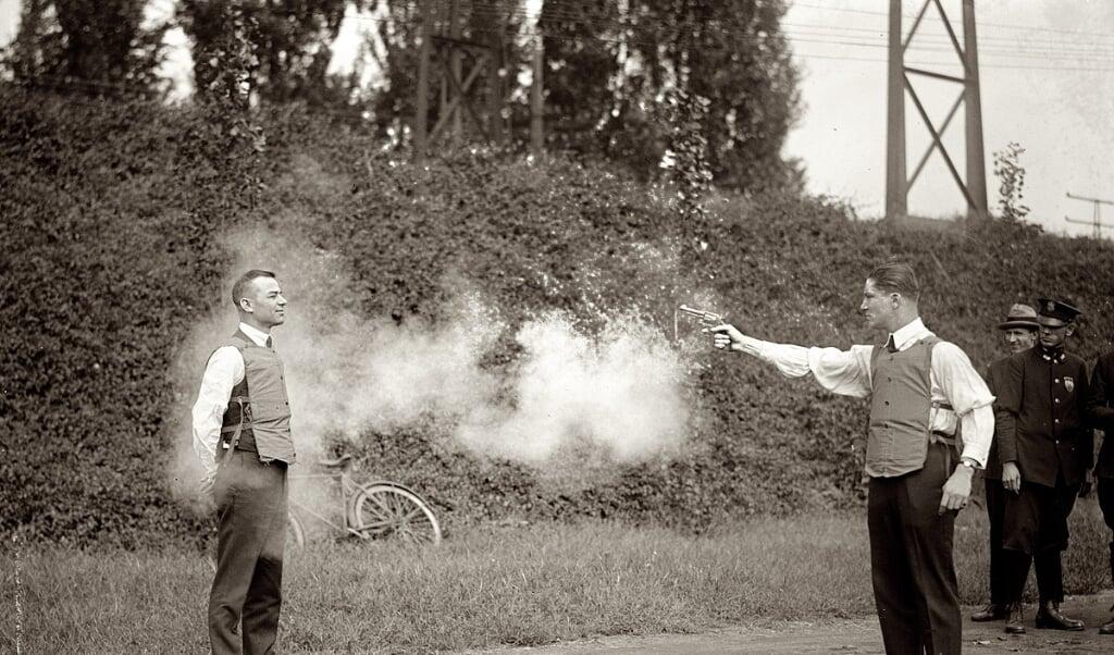 FBI-agenten testen kogelvrije vesten van katoen in Washington D.C.  (beeld shorpy.com, library of congress)