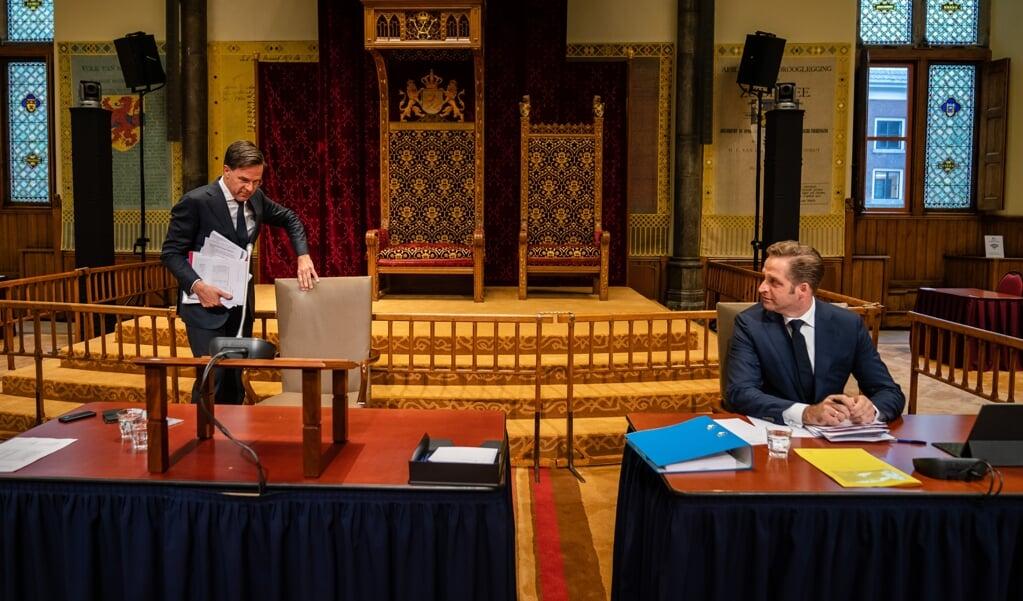 Demissionair premier Mark Rutte en demissionair Minister Hugo de Jonge van Volksgezondheid, Welzijn en Sport (CDA) tijdens een debat over het coronavirus.  (beeld anp / Bart Maat)