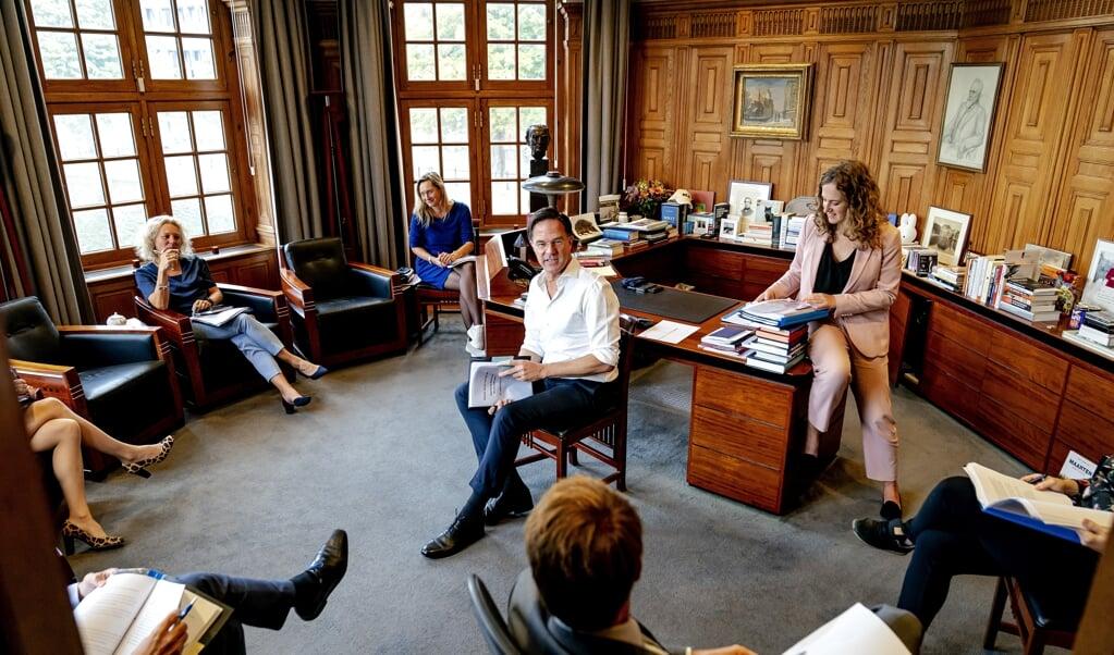 Demissionair premier Mark Rutte voert in zijn werkkamer overleg met adviseurs over zijn strategie tijdens de Algemene Politieke Beschouwingen.  (beeld anp / Bart Maat)