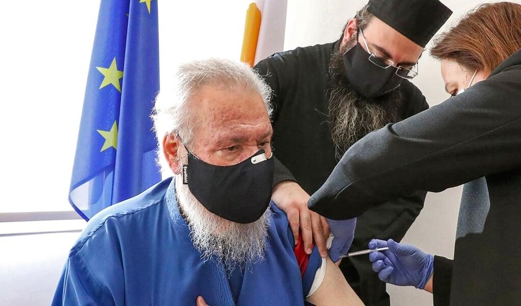 Aartsbisschop Chrysostomos van Chyprus kreeg op 29 december 2020 zijn eerste inenting tegen het coronavirus.   (beeld afp / Christos Avraamides)