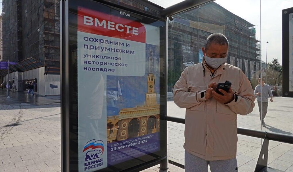 Een billboard van Verenigd Rusland in een bushokje in Moskou voor de verkiezingen van komende zondag.  (beeld epa / Maxim Shipenkov)