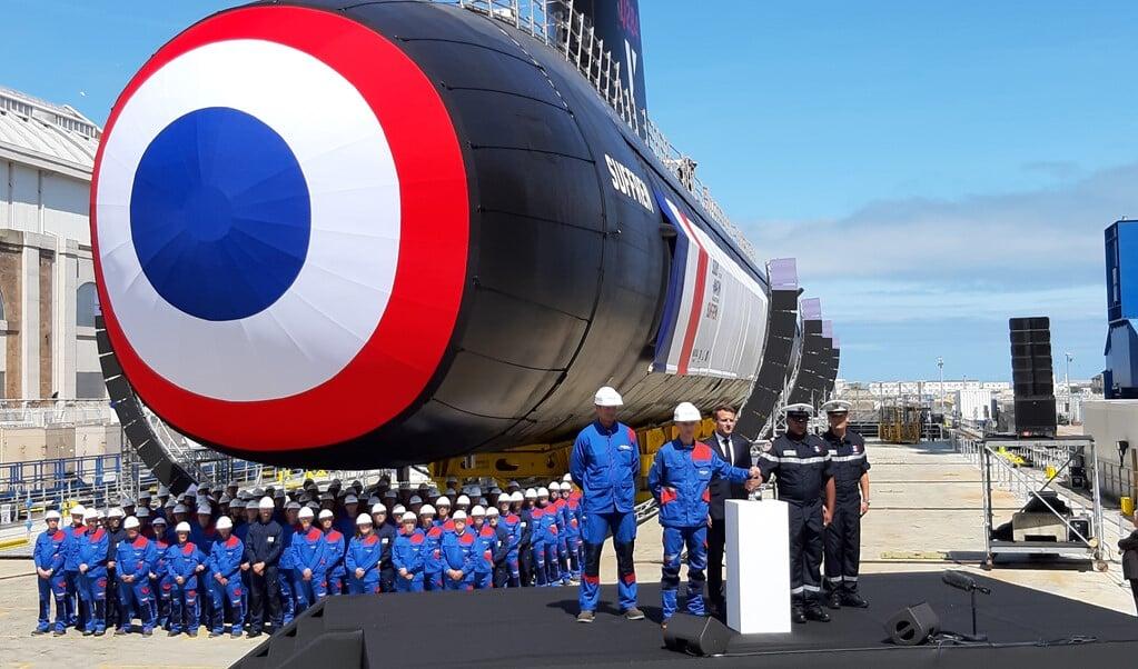 De Franse president Macron (midden achter katheder) op de werf van Naval Group bij de presentatie van de nucleaire onderzeeboot Suffren.  (beeld )
