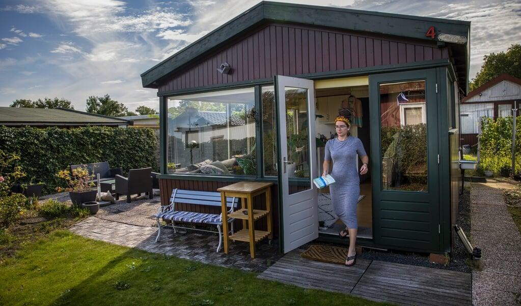 Yvonne van Vugt woont in een huisje op een vakantiepark in Oostvoorne. In Rotterdam kon zij geen woning vinden.  (beeld Arie Kievit)