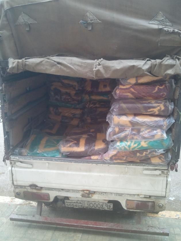 Backpacker deelt dekens uit in Aleppo