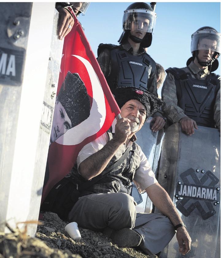 Militairen gebroken, recht gebogen in Turkije