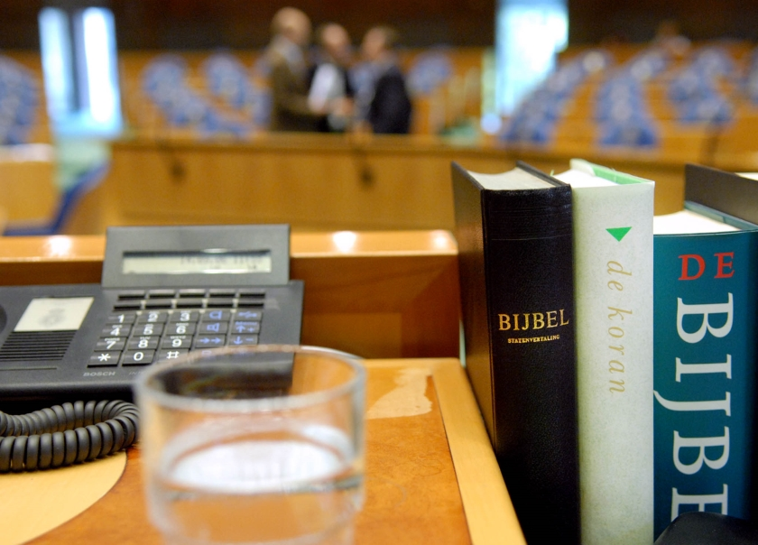 Kamer ruilt papieren bijbel in voor digitale