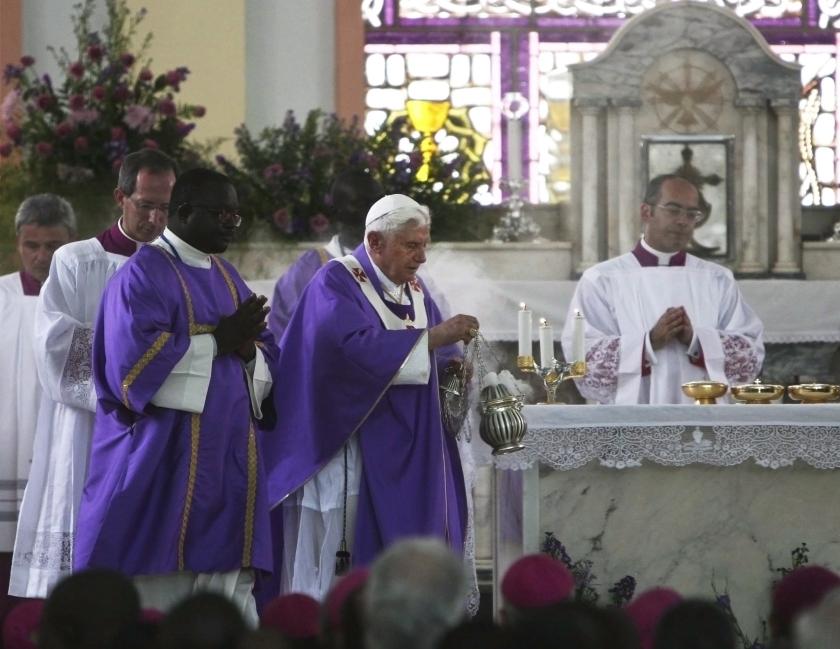 Paus waarschuwt voor tovenarij