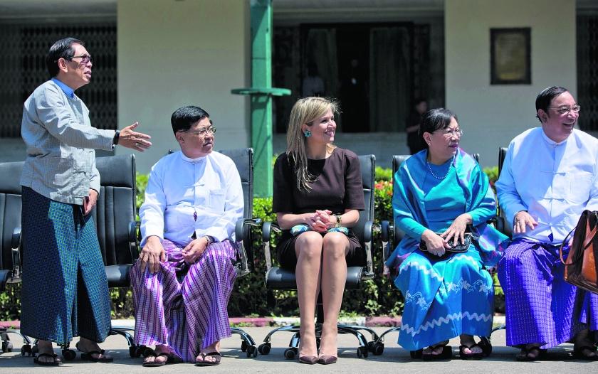 ? beeld ap / Gemunu Amarasinghe Koningin Máxima te midden van een groep Birmese parlementariërs en onderwijsdeskundigen in de Birmese..