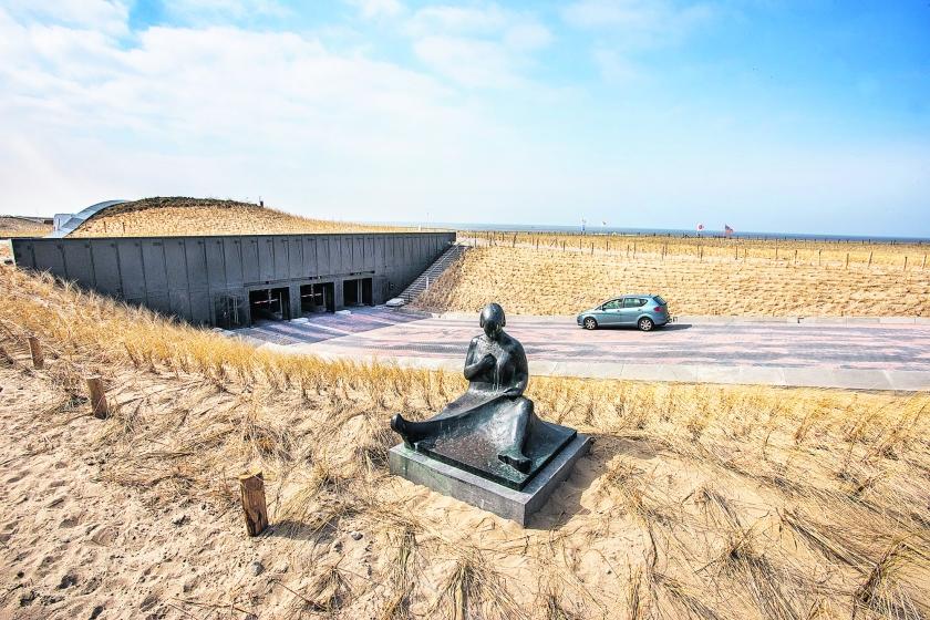Parkeren onder Katwijkse duinen  (Raymond Rutting)