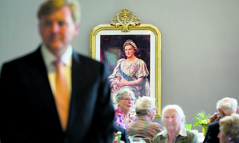 Koning Willem-Alexander spreekt met oud-verzetsstrijders