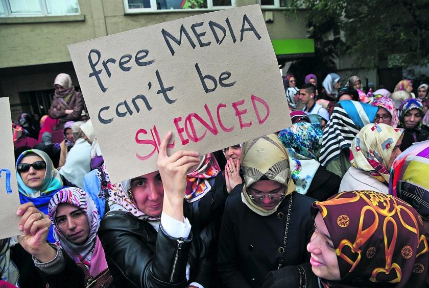 Turken demonstreren tegen 'uitzetten' kritische TV-stations  (ap / Lefteris Pitarakis)