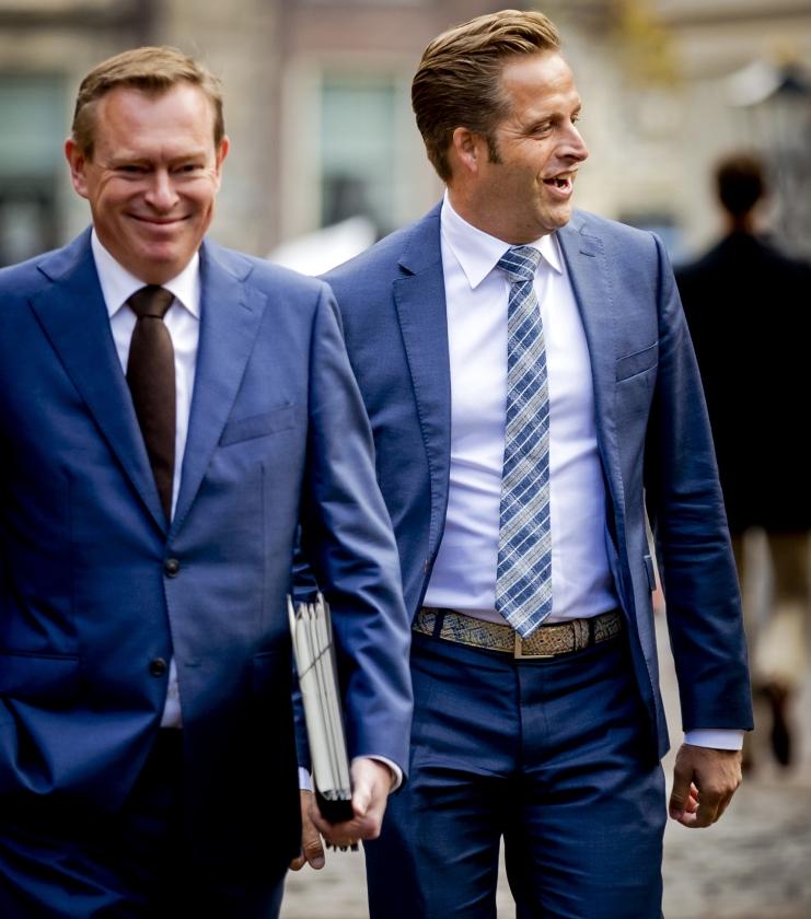Een praatgrage minister, plus een rustige collega  (anp / Remko de Waal)