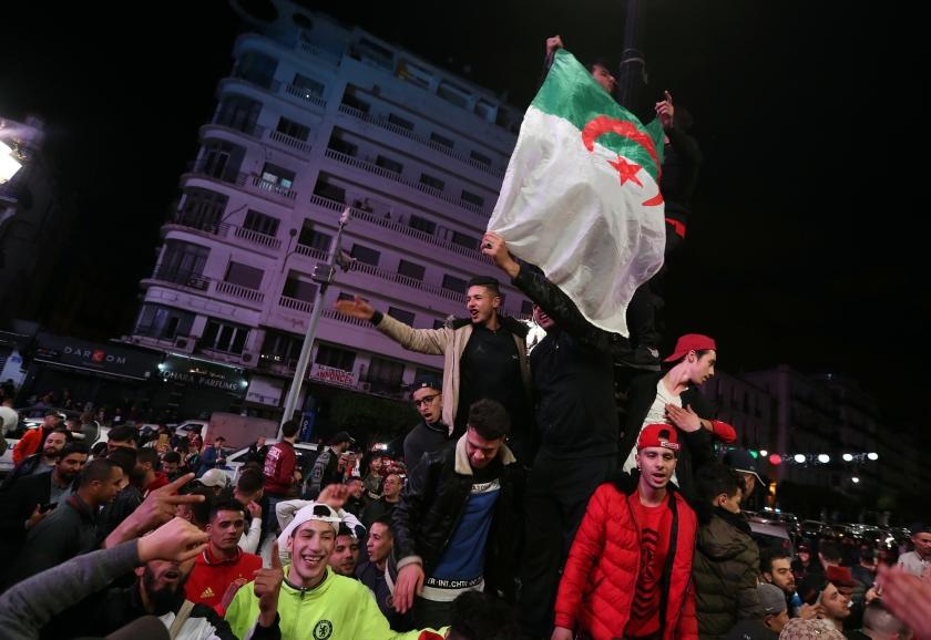 Algerijnen vieren feest in de straten nadat president Abdelaziz Bouteflika heeft aangegeven zich niet herkiesbaar te stellen.  (epa / Mohamed Messara)