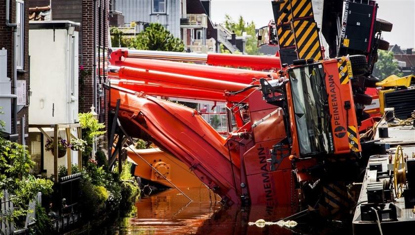 Ravage op de plek waar vorig jaar twee bouwkranen en een brugdeel op een aantal woningen en winkels vielen in Alphen aan den Rijn.  (anp / Koen van Weel)