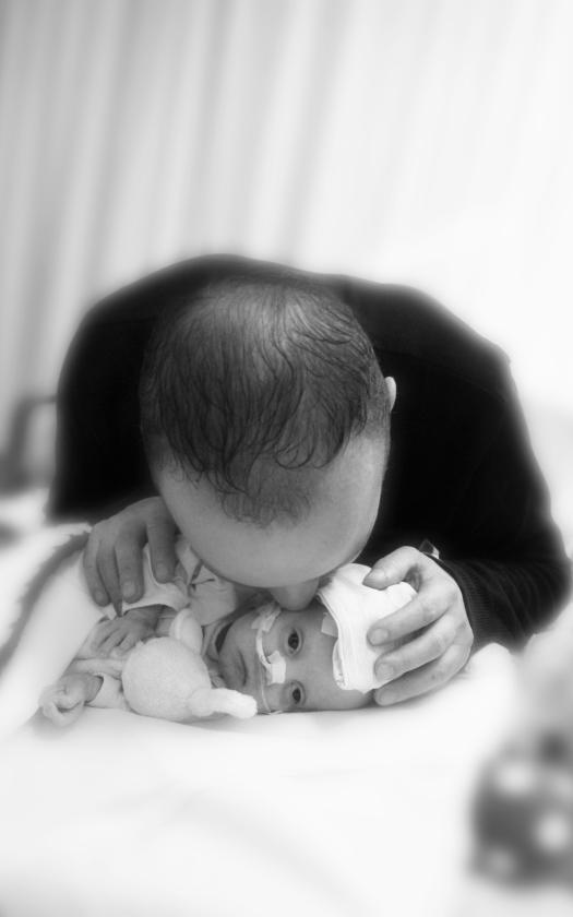 Melanie Plaggenmarsch fotografeerde de jonge en ernstig zieke Niene Berrens met haar vader, die afscheid van haar neemt (hun verhaal staat op pagina 16).   (stichting still / Melanie Plaggenmarsch en moments of memory fotografie)