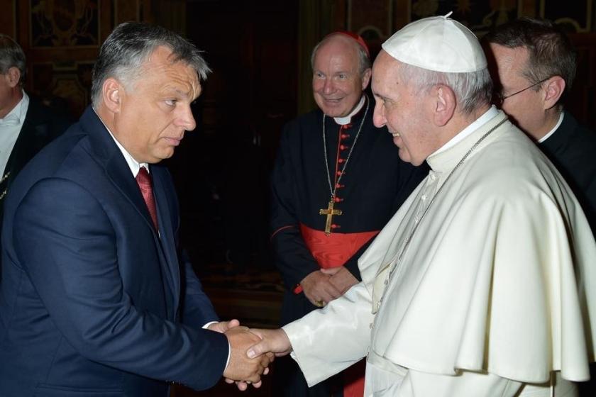 Paus Franciscus en de Hongaarse premier Viktor Orbán drukken elkaar de hand.  (facebook)