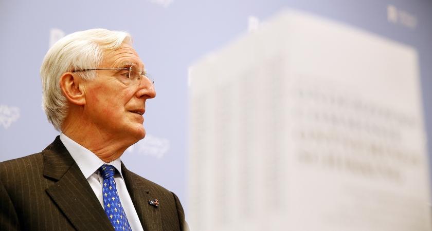 Commissievoorzitter Marten Oosting presenteert het onderzoeksrapport naar de 'Teeven-deal'.  (anp / Bas Czerwinski)