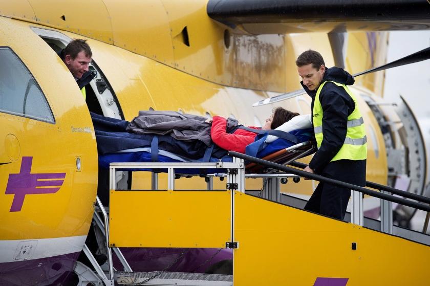 Op Rotterdam The Hague Airport landde dinsdag de eerste gipsvlucht van dit wintersportseizoen.  Aan boord van het vliegtuig waren tien geblesseerde wintersporters  (anp / Olaf Kraak)