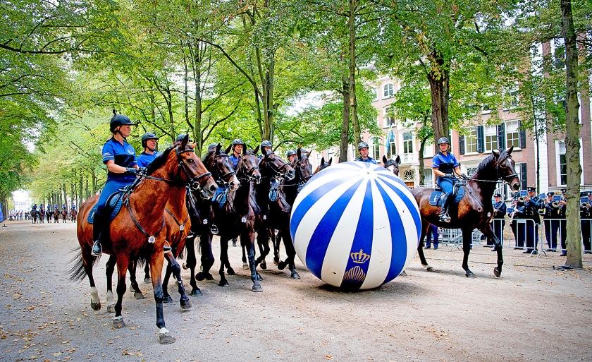 Het Bereden Ere-Escorte van de Koninklijke Marechaussee oefende zaterdag op het Lange Voorhout ter voorbereiding op Prinsjesdag. Om Prinsjesdag dinsdag gladjes te laten verlopen, wordt drie dagen lang volop geoefend en getraind. Vanochtend krijgen de paarden op het strand van Scheveningen nog gelegenheid aan het lawaai te wennen. <  (anp / Robin Utrecht)