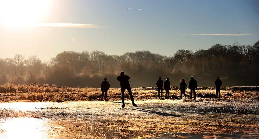 Schaatsers waagden zich maandag op natuurijs in de Friese Ryptsjerksterpolder, die voor een deel onder water staat. Vandaag kunnen ze opnieuw het ijs op, want ook afgelopen nacht was het koud, met lichte tot matige vorst. Na vandaag gaan de temperaturen omhoog en is het wachten op een volgende vorstperiode voor de schaatsliefhebbers. <  (anp / Catrinus van der Veen)