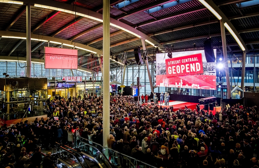 Na een grootscheepse verbouwing van zes jaar is station Utrecht Centraal klaar.  Woensdag werd het drukste station van Nederland geopend door staatssecretaris Sharon Dijksma (Infrastructuur en Milieu) en de directeuren van ProRail en de NS  (anp / Koen van Weel)