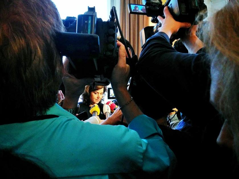 Kamervoorzitter Anouchka van Miltenburg donderdag, tijdens een ingelaste persconferentie, die chaotisch verliep. Daar kondigde ze aan dat een commissie zal onderzoeken of Kamerleden moeten worden vervolgd voor het 'lekken'.  (Sjoerd Mouissie)