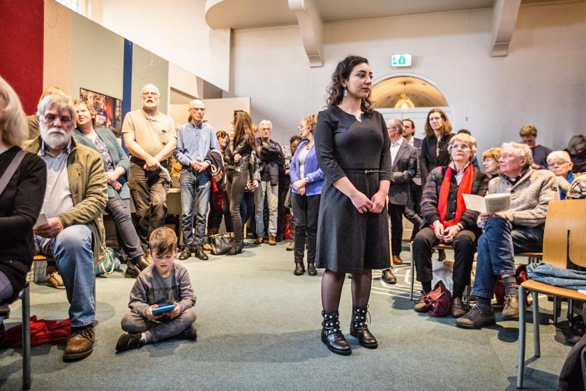 Veel belangstellenden waren woensdagmiddag afgekomen op de slotviering in de Bethelkapel, waar een Armeens gezin maandenlang bescherming genoot om uitzetting te voorkomen. Op de voorgrond dochter Hayarpi Tamrazyan.  (Maarten Boersema)