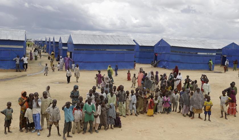 Nigeriaanse kinderen die ontsnapt zijn aan het geweld van terreurgroep Boko Haram, lijden nu al weken honger in vluchtelingenkampen. De regering doet onderzoek naar diefstal van voedsel door functionarissen. <  (ap / Sunday Alamba)