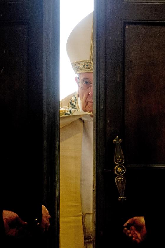 diepte   (ap / Andrew Medichini, geplaatst op 9 november, pagina 1: Paus Franciscus opent  de Heilige deur van de Sint-Pietersbasiliek in Rome aan het begin van het Heilig Jaar van Barmhartigheid.)