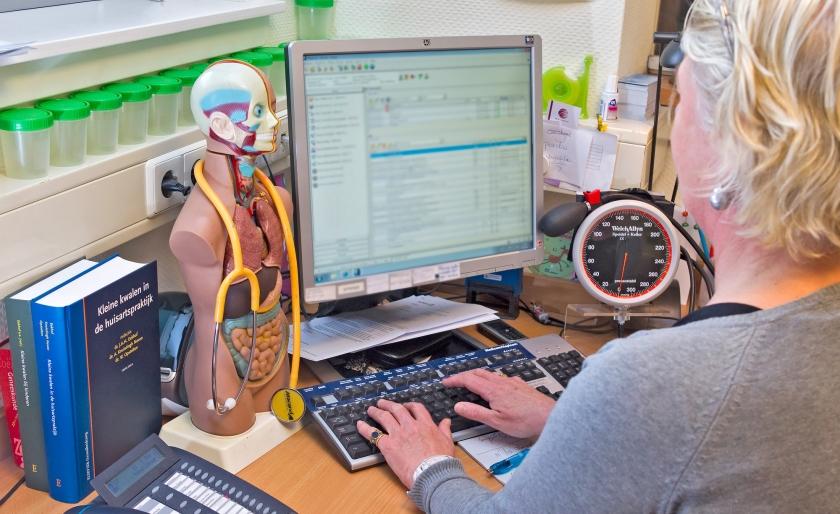 Nu moeten patiënten nog langs een arts om inzage te krijgen in hun medische gegeven. Straks kunnen ze hun dossier van huis uit elektronisch inzien.  (anp / Koen Suyk)