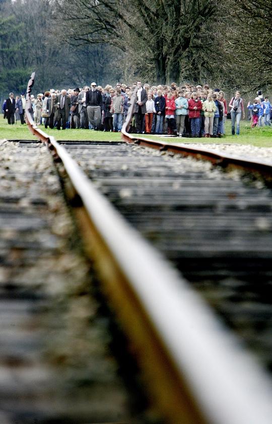 De spoorlijn in Kamp Westerbork. Doordat hier transportlijsten bewaard zijn gebleven, is in Nederland veel bekend over slachtoffers en nabestaanden.  (anp / Juan Vrijdag)