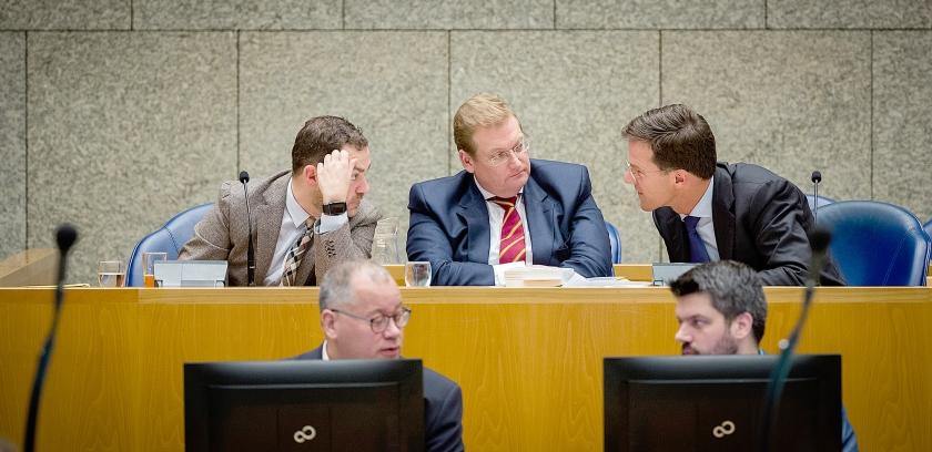 Premier Mark Rutte, minister Ard van der Steur staatssecretaris Klaas Dijkhoff (beiden Veiligheid en Justitie) tijdens het debat in de Tweede Kamer over de deal met crimineel Cees H.  (anp / Bart Maat)