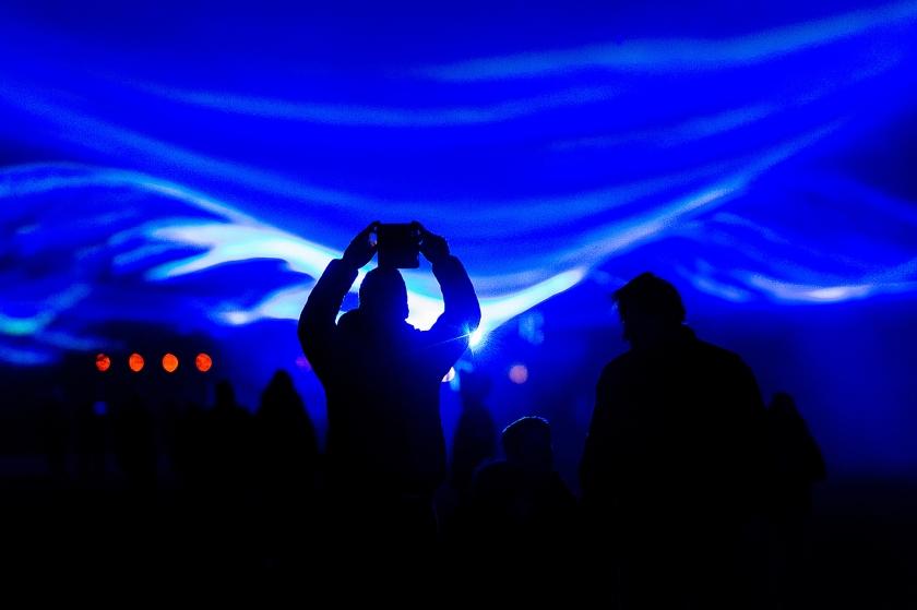 Schokland wordt vandaag verlicht door het project Waterlicht van kunstenaar Daan Roosegaarde.  De virtuele lichtshow legt een blauwe waas over Schokland  (anp / Robin van Lonkhuijsen)
